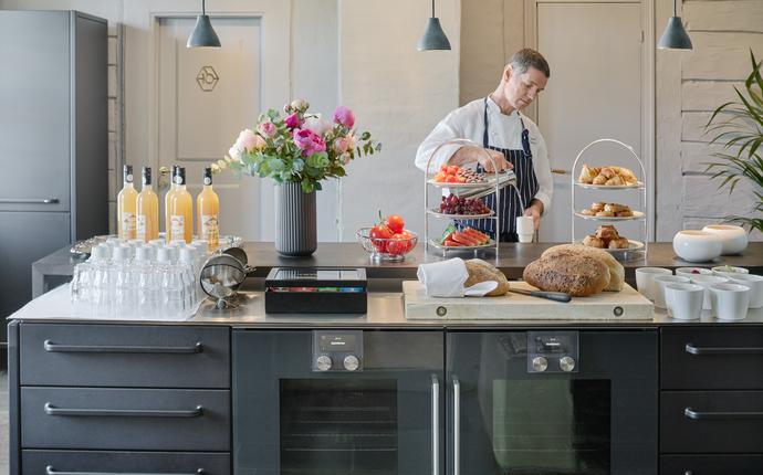 Vi stiller med egen kokk og kan servere egen felles frokost, lunsj og middag.