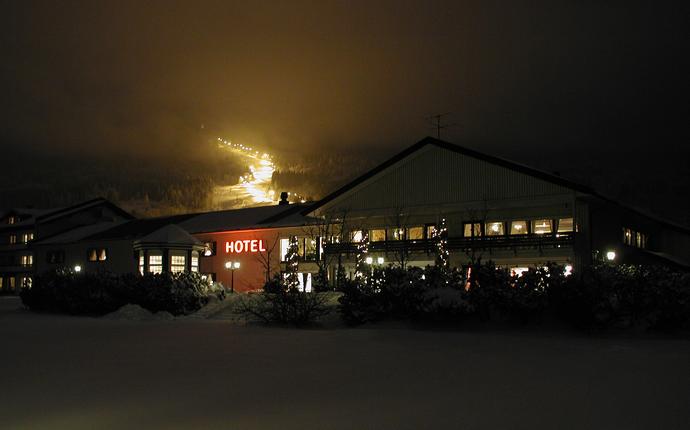 Hotellet med alpinsenter og turterreng i bakgrunnen
