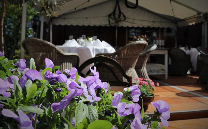 Kronen Gaard Hotell - Nyt lunsjen i teltet i hagen vår