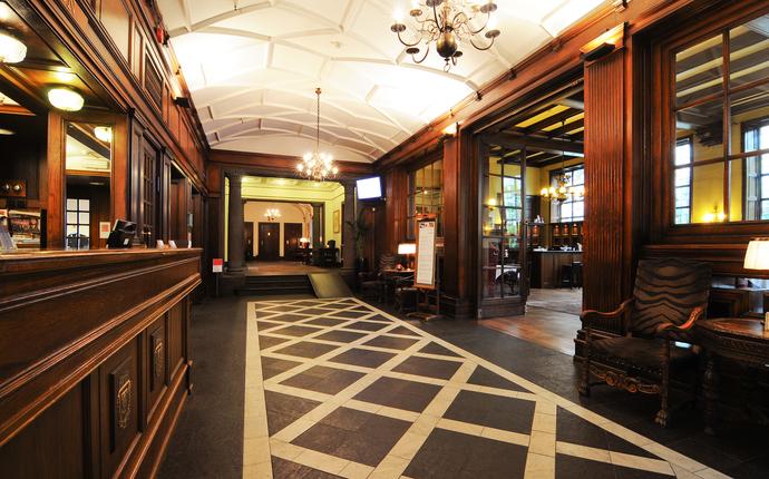 Et hotell med flotte, orginale detaljer og orginal kunst på veggene