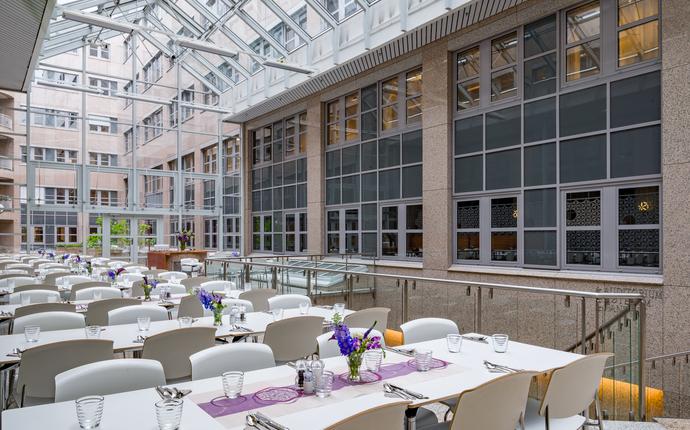 I vårt atrium nytes smakfulle lunsjer og middager