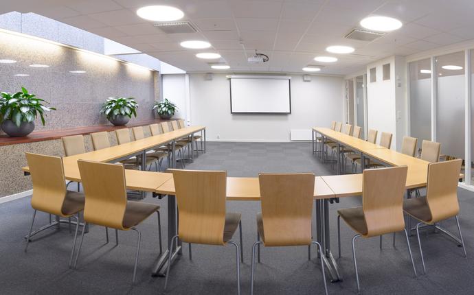 Erasmus - Fleksibelt møterom med kapasitet til 40 personer i klasseromsoppsett