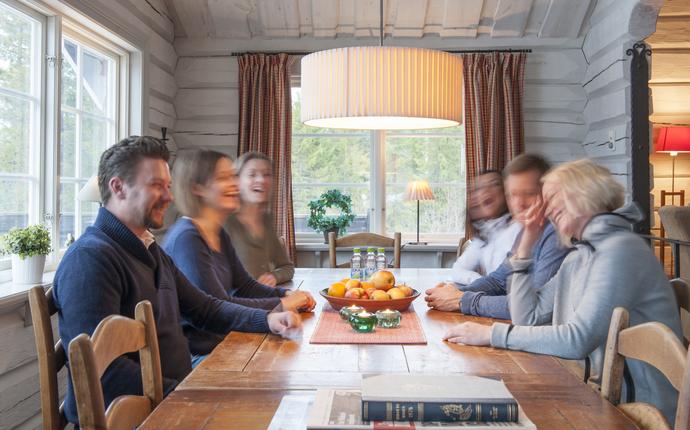 Vattufjäll konferansesenter - Gäster vid bord i stugan