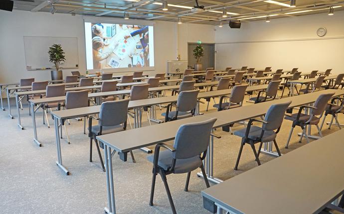 Ingeniørenes Hus Møtesenter - Sophus Lie-salen med kapasitet inntil 60 personer i klasseromsoppsett med 1 meters avstand