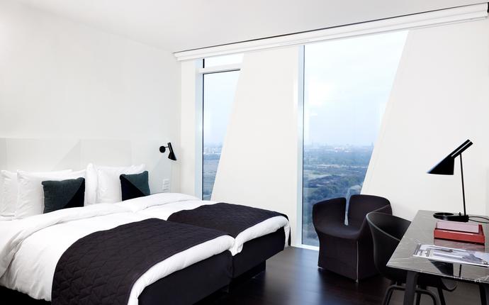 AC Hotel Bella Sky Copenhagen - Hotellets værelser er lyse og med masser dagslys fra gulv-til-loft vinduerne.