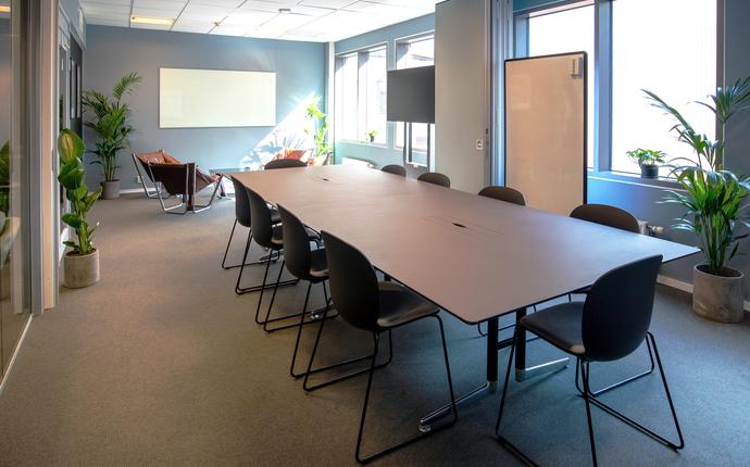MESH - Møterom til 10 personer. Utstyrt med to skjermer og whiteboards. Mulighet for videomøte.