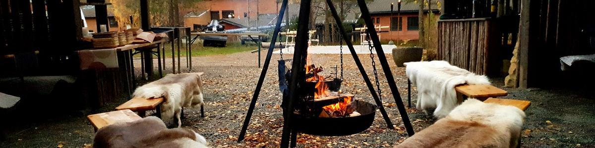 Bålkos og reinskinn i gapahuken på Sørmarka