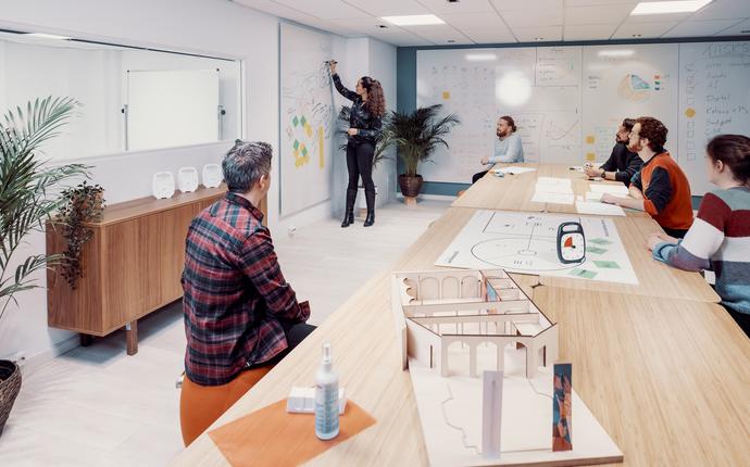 MESH - Workshop-rom til 16 personer. Utstyrt med projektor, skjerm, whiteboard. Mulighet for videomøte.