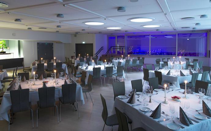 Ingeniørenes Hus Møtesenter - Vår Restaurant dekket til middag. Kapasitet inntil 95 deltagere med 1 meters avstand.