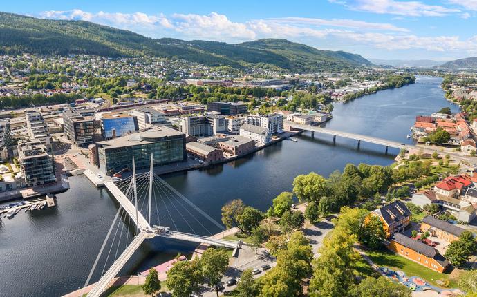 Drammen Scener - Oversikts bilde - Union Scene og Drammen Teater ligger på hver sin side av elven.