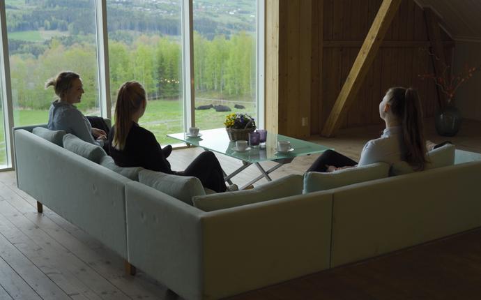Helgaker Gård - Låvebrua - møterom innover + sofa med panoramautsikt