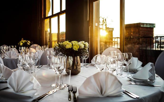 Stratos Konferanse & Selskapslokale - Toppetasjen - dekket for middag