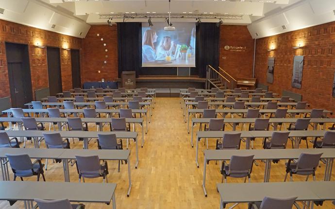 Ingeniørenes Hus Møtesenter - Festsalen med kapasitet inntil 100 deltagere i klasseromsoppsett med 1 meters avstand