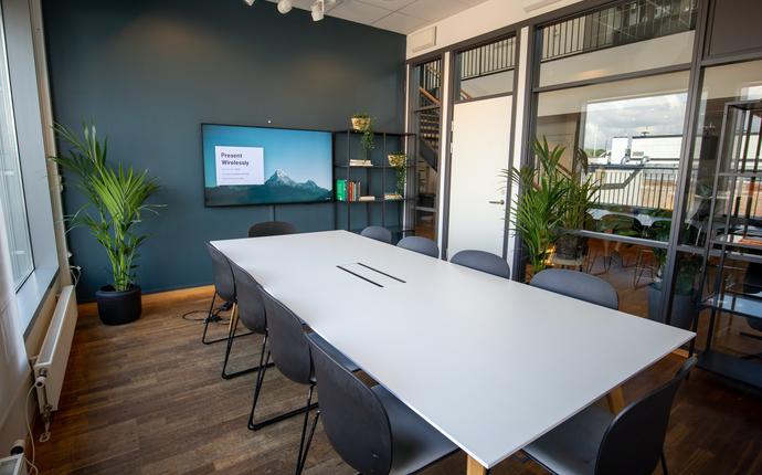 MESH - Møterom til 10 personer. Utstyrt med skjerm og whiteboard.